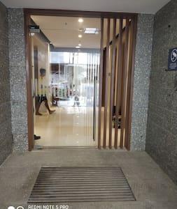 ممر خالٍ من الدرجات إلى المدخل