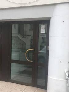 Entrée secondaire à gauche de l'entrée principale