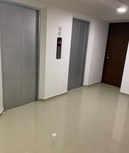 Entrada amplia al apartamento con buen ascensor.