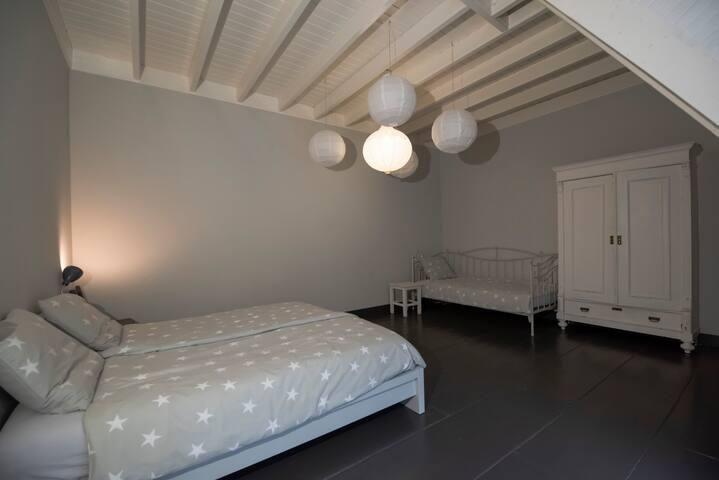 Grote slaapkamer met een 2 pers  en 1 pers bed, nog voldoende ruimte voor evt een camping bedje