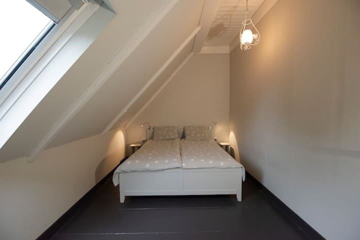Slaapkamer met een 2 pers bed, met voldoende kast ruimte.