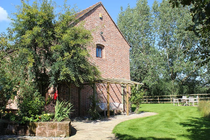 Luxury Barn Conversion with garden (dog friendly)