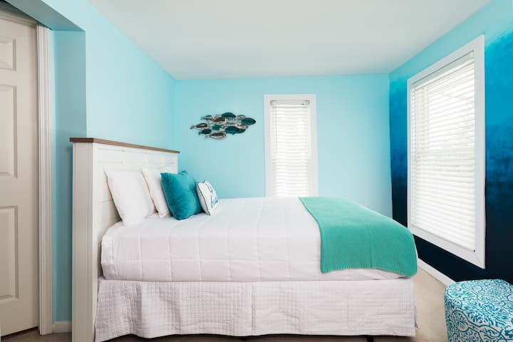 Water Room, Queen bed will full Lake views