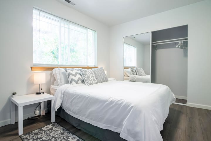 Clean & Modern Private Guest Suite in Shoreline!