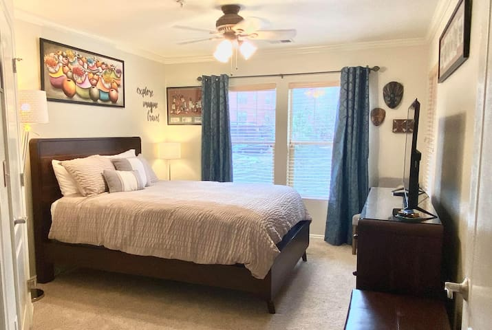 Spacious master bedroom with private bathroom, closet, 50 inch Smart TV, and WiFi.  This room has a very comfortable queen bed, beautiful views and great natural lighting.