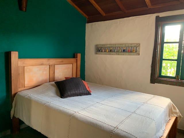 Quarto 1 - cama casal, armário e tv streaming