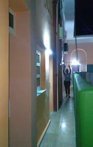 Pasillo lateral que lleva a las habitaciones independientes