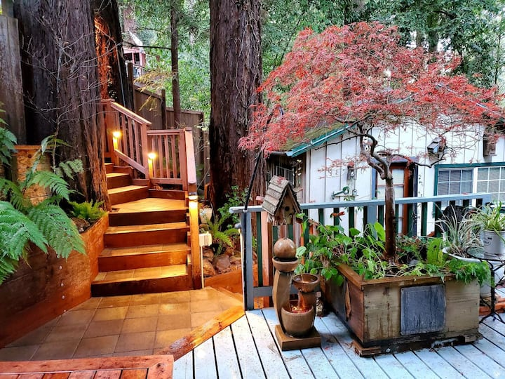 """A Little Romance"" HotTub,Redwoods,Romantic!Decks!"