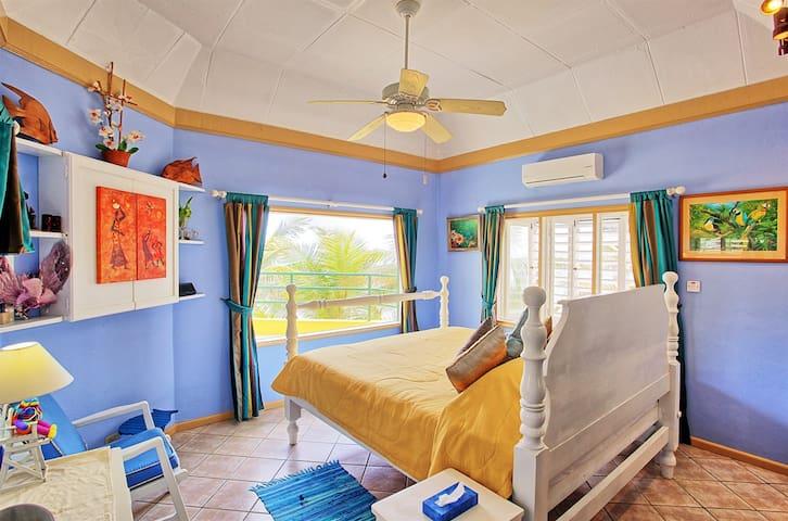 Bedroom 1. Kingsize Bed, TV, Sea View, En Suite Bathroom with Shower.