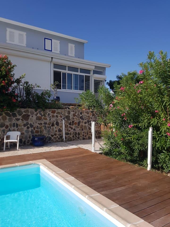 Villa entre bord de mer et piscine