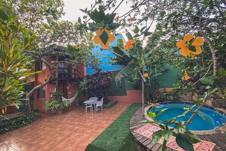 Quarto do Tarzan com varanda em frente a piscina