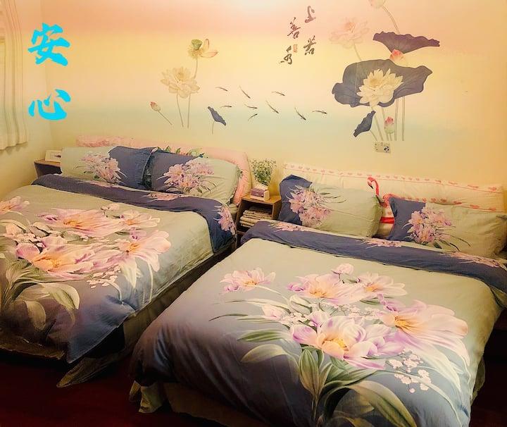 《安心》石門水庫旁四人房。兩張標準雙人床,整棟透天,使用空間寬闊,有免費停車位,適合全家人入住!