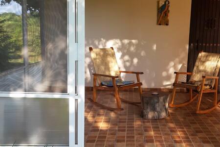 La entrada es muy ancha con puerta doble, alrededor de la casa hay pasto no camino y esta al mismo nivel de la puerta