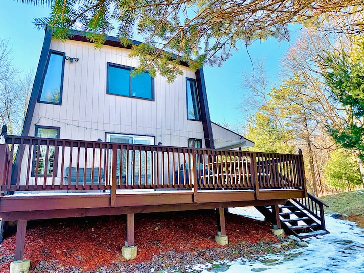 Cabin with fireplace, firepit, grill -sleeps 6!