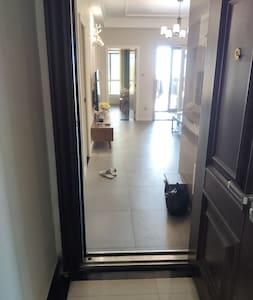没有台阶只有入户门自带的门槛。