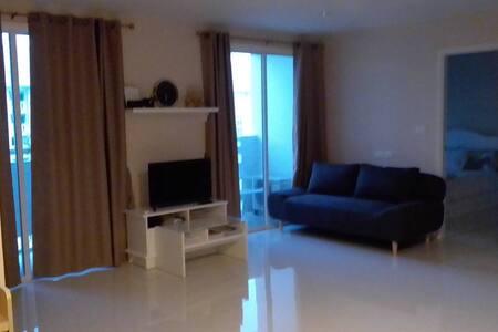 บริเวณห้องโถงกลางที่นั่งรับแขกและดูทีวีอยู่ระหว่างห้องนอน 2 ห้อง