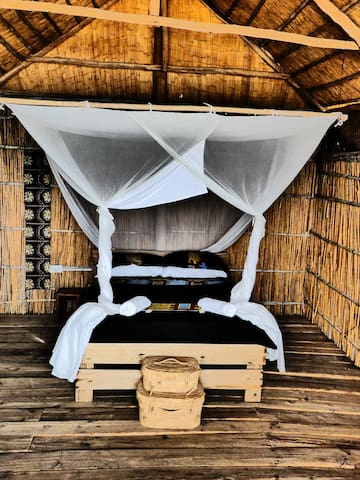 Okongola, beach front chalet with shared showers & toilets