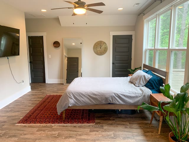 Master Bedroom, Queen Bed, Sleeps 2