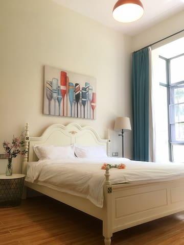卧室一,1.8米大床,雅致园林尽收眼底!