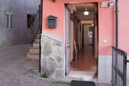 La porta d'ingresso è larga nel punto più stretto 85cm. Nel punto più largo è 88 cm. Il corridoio è largo 90 cm. Tutte le stanze sono sullo stesso piano. Sulla destra della porta si può notare il sensore per l'illuminazione notturna.