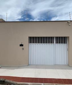 Portão da entrada da casa para a garagem.