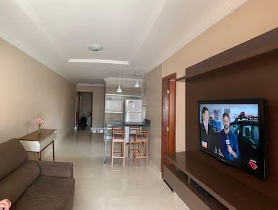 Sala de estar ampla assim como o quarto adaptado para nosso hóspedes com acessibilidade