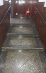 O Acesso da portaria tem acessibilidade, mas para entrar no bloco, possui degraus e uma cadeira de rodas.