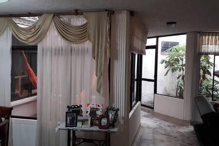 El ingreso al alojamiento tiene mas de un metro de ancho y es plano.