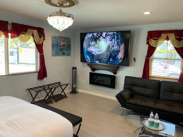 "La Jolla Beach Guesthouse (King bed & 86"" TV)"