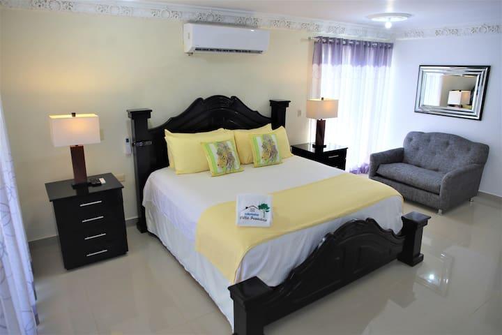 Habitación 201 con Cama king. Baño privado