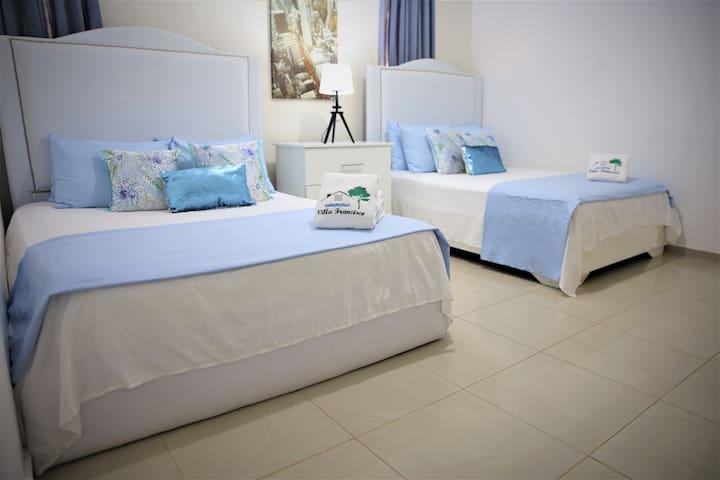 Habitación 102 con Cama 2 camas Queen Baño privado