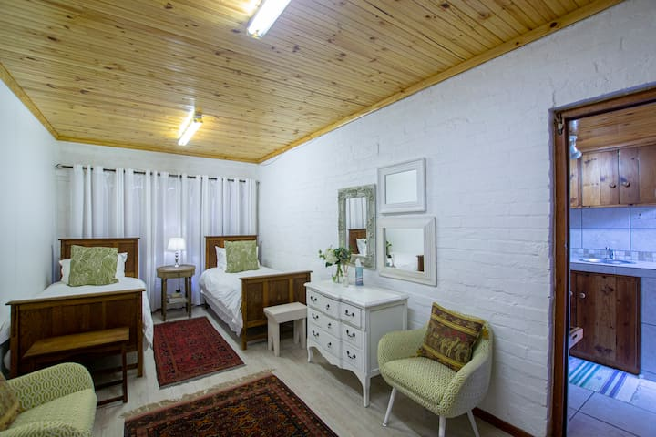 Bedroom 4 with two single beds