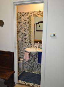 La porta a scomparsa del bagno è larga settanta centimetri.