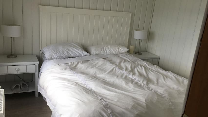 dormitorio segundo piso cama de dos plazas