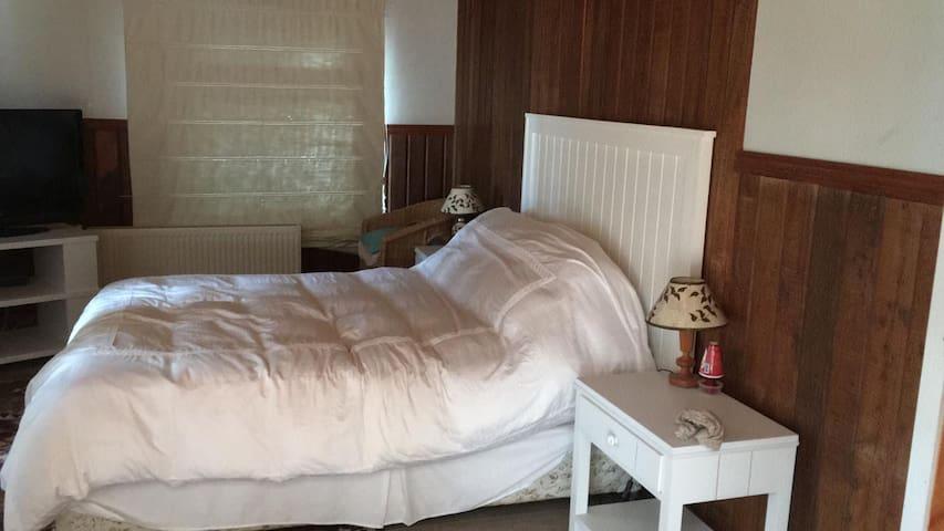 dormitorio cama dos plazas primer piso en suite