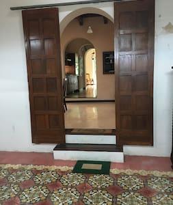 Este es el acceso principal a la casa cuenta con iluminación en todo el trayecto.