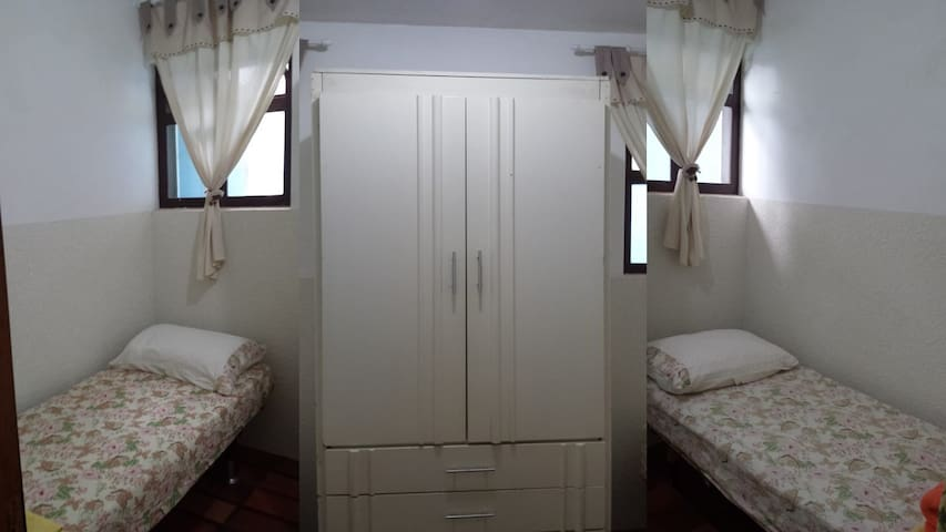 Quarto 6 - quarto pequeno com 2 camas de solteiro, ao lado da lavanderia