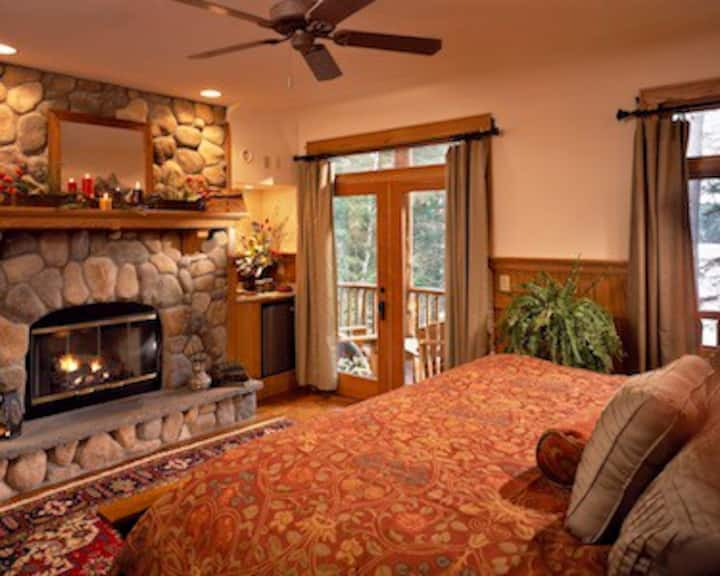 Oak Guest Room w/Jacuzzi,  fireplace and lake view