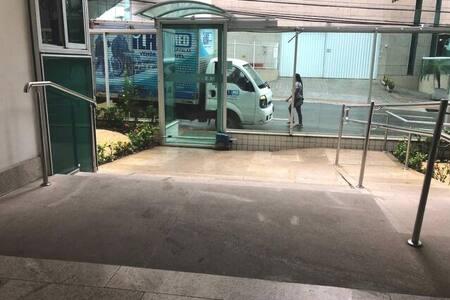 Entrada do prédio com rampa para cadeirante.
