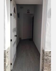 En la entrada existe un escalón, la vivienda está en una primera planta