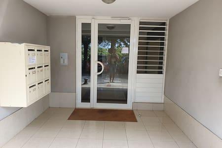 Pas d'escalier ou e marche à l'entrée de l'immeuble ni de l'appartement
