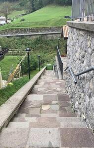 Come si vede dalla foto l'accesso all'appartamento è caratterizzato da un vialetto a scalini