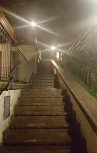 Tutto il percorso dal cancello all'ingresso di Casa Iride è ben illuminato