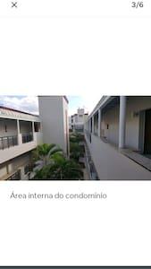 Andar superior do prédio, corredor espaçoso