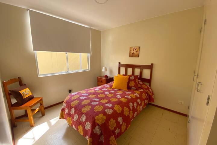Habitación con closet, cómoda y silenciosa.