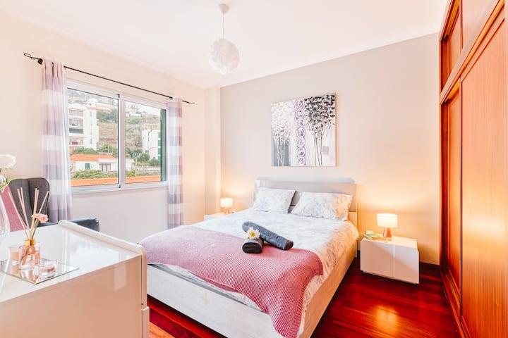 Sea view,comfortable beds, international TV & WiFi