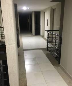 Pasillo desde el ascensor al apartamento