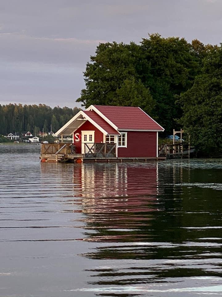 FLYTANDE HUSET, en stuga på vattnet.