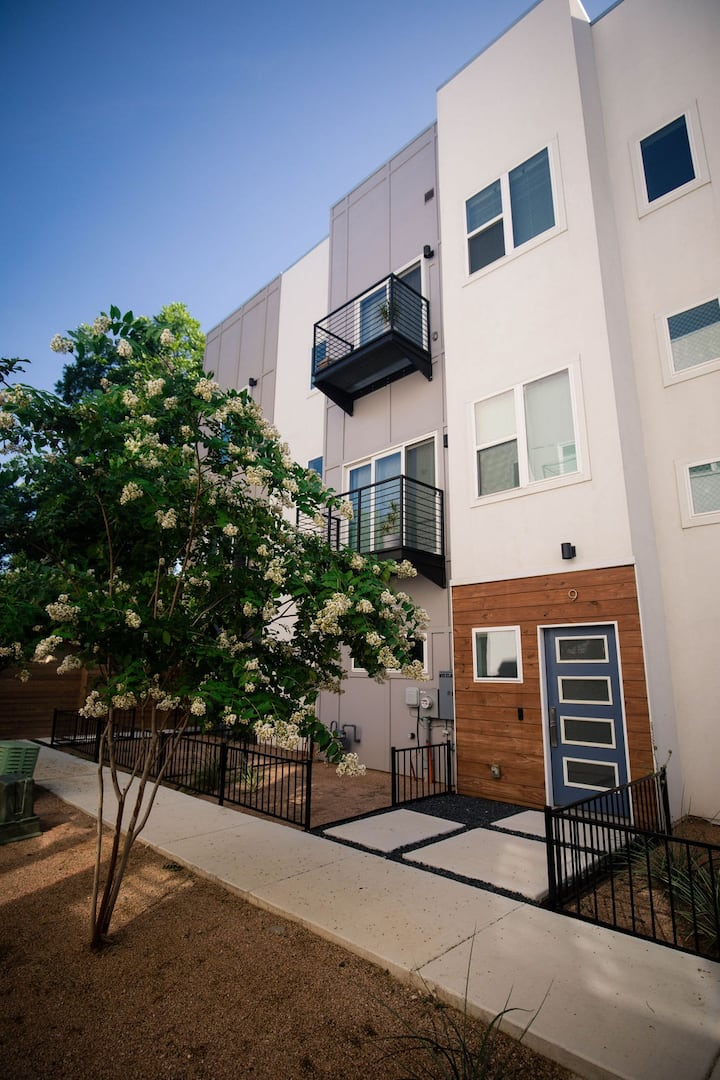Modern Spacious Townhouse,  Blocks from The Pearl!