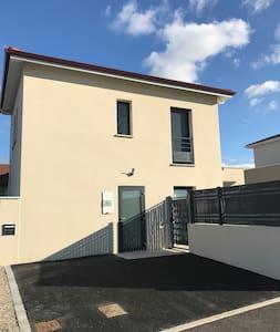 Porte accès plain pied mais logement en étage.  Wc pmr au rdv possible et wc standard dans logement à l'étage